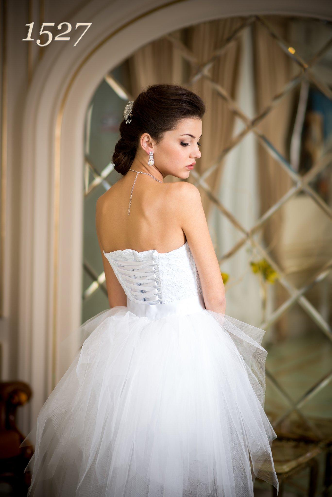 77771091d0 …vegyünk hozzá egy hosszú tüll szoknyát, esetleg színeset is, vagy  egészítsük ki egy színes övvel, s máris van egy romantikus menyasszonyi  ruhánk…